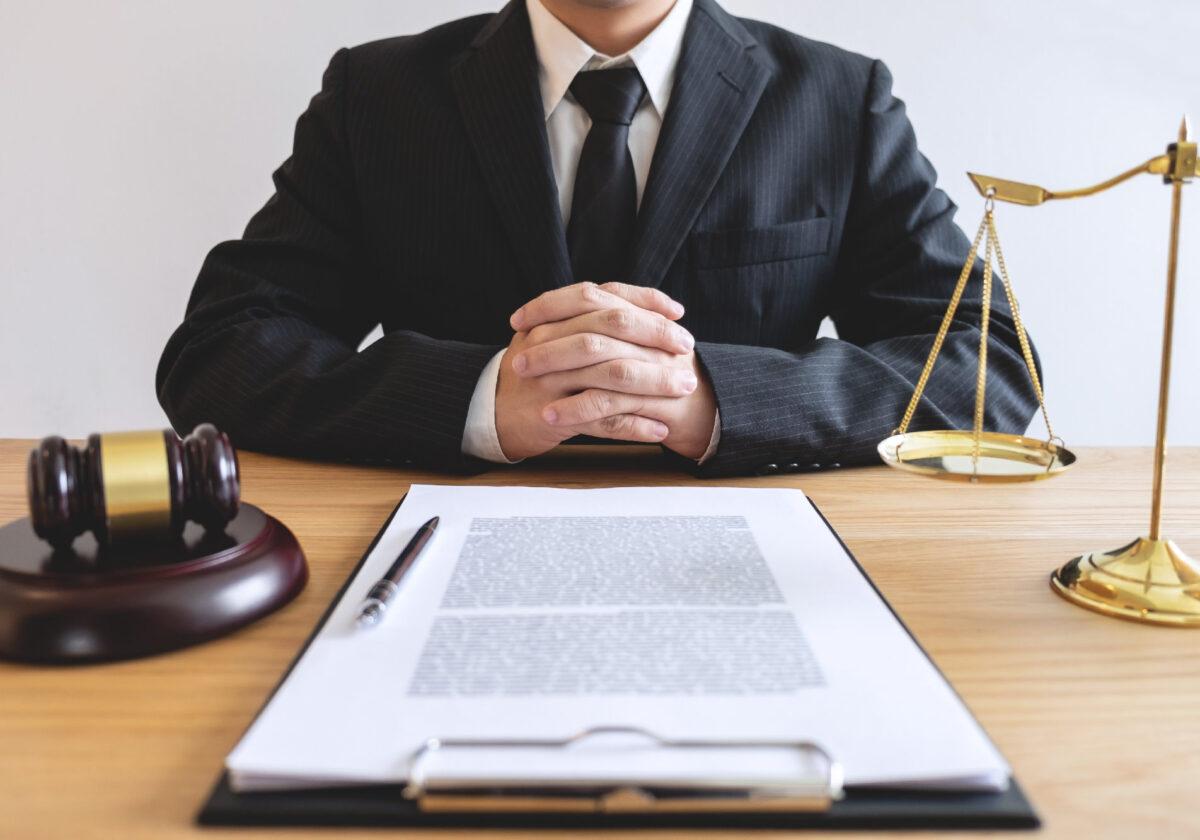 Bezpieczną umowę przygotuje prawnik. Kiedy skorzystać z jego pomocy?